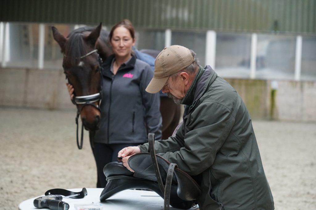 Kerry past hier het zadel aan  de veranderde rug van het paard aan